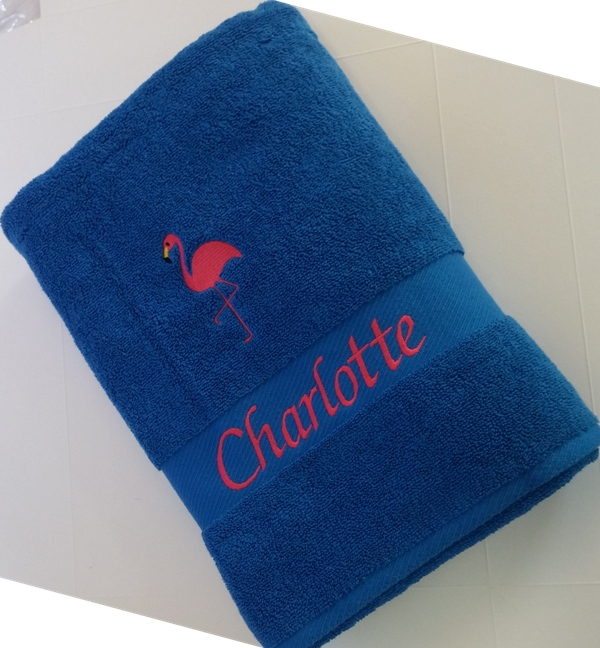 stickmotiv flamingo und mit namen auf handtuch bestickt handtuchfabrik herstellung. Black Bedroom Furniture Sets. Home Design Ideas