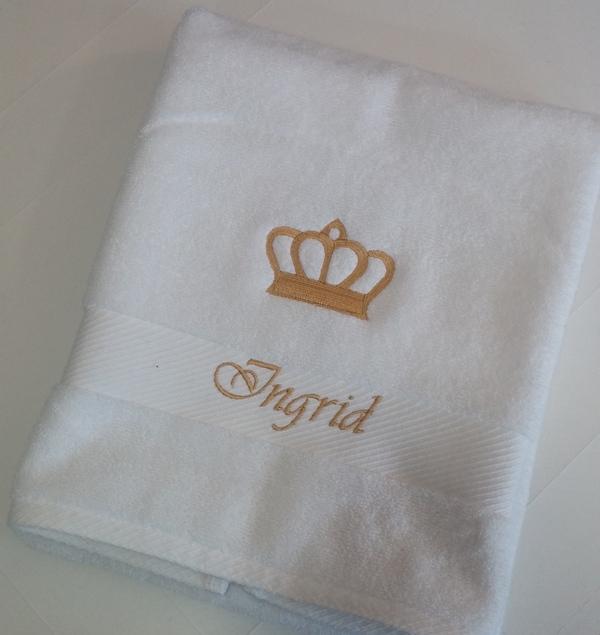 stickmotiv k nigliche krone in gold mit namen auf handtuch bestickt handtuchfabrik herstellung. Black Bedroom Furniture Sets. Home Design Ideas