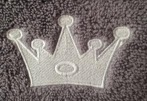stickmotiv geburtstagskrone in silber mit namen auf handtuch bestickt handtuchfabrik. Black Bedroom Furniture Sets. Home Design Ideas