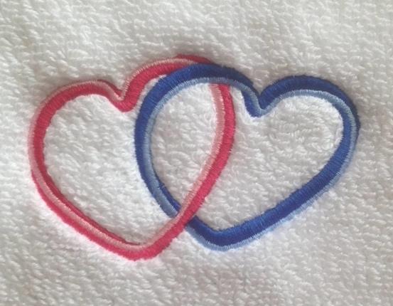 Top Stickmotiv verschlungene Herzen mit Namen auf Handtuch bestickt JC19