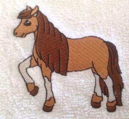 stickmotiv braunes pferd mit langer m hne und mit namen auf handtuch bestickt handtuchfabrik. Black Bedroom Furniture Sets. Home Design Ideas
